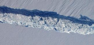 Rompimiento de hielo en el glaciar Pine Island en la Antartida. 26 de octubre de 2011. Los icebergs más grandes que se desprenden de la Antártida ayudan de forma imprevista a frenar el calentamiento global a medida que se van derritiendo en las frías aguas del sur, dijeron científicos el lunes. REUTERS/NASA/DMS/ ATENCIÓN EDITORES - SOLO PARA USO EDITORIAL.  NO ESTÁ A LA VENTA Y NO SE PUEDE USAR EN CAMPAÑAS PUBLICITARIAS. ESTA IMAGEN HA SIDO ENTREGADA POR UN TERCERO Y SE DISTRIBUYE EXÁCTAMENTE COMO LA RECIBIÓ REUTERS COMO UN SERVICIO A SUS CLIENTES.