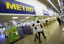 Le distributeur allemand Metro a annoncé mardi une progression de 0,1% de ses ventes à périmètre comparable sur le trimestre écoulé, avec notamment de solides performances en Allemagne. /Photo d'archives/REUTERS/Wolfgang Rattay