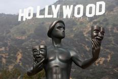 Увеличенная копия премии Гильдии киноактеров США в Лос-Анджелесе. 20 января 2015 года. Китайский конгломерат Dalian Wanda Group купил американскую киностудию Legendary Entertainment за $3,5 миллиарда, превратив в голливудского медиамагната богатейшего человека Китая. REUTERS/Lucy Nicholson