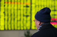 Las bolsas asiáticas seguían cerca de mínimos de cuatro años y los precios del crudo rondaban ya una caída del 20 por ciento en menos de dos semanas en medio de la cautela de los inversores ante la volatilidad de los mercados financieros de China. En la imagen, un inversor mira una pantalla electrónica con cotizaciones en una casa de análisis de Nantong, provincia de Jiangsu, China, el 11 de enero de 2016. REUTERS/Stringer