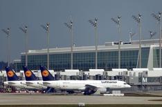 La compagnie allemande Lufthansa et ses filiales ont transporté en 2015 un nombre record de 107,7 millions de passagers, soit une hausse de 1,6%, le faible coût du carburant et une demande vigoureuse ayant permis de compenser l'impact des grèves. /Photo prise le 9 novembre 2015/REUTERS/Michael Dalder