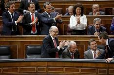 El Tesoro español cerró el martes la colocación de una emisión sindicada de una nueva referencia a 10 años por 9.000 millones de euros con una demanda que se acercó a los 30.000 millones de euros, confirmó el martes el Ministerio de Economía. En la imagen, el ministro de Hacienda, Cristóbal Montoro, en una sesión plenaria en el Congreso de los Diputados, en Madrid, el 20 de octubre de 2015. REUTERS/ Juan Medina