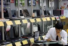 Les ventes mondiales d'ordinateurs individuels (PC) ont diminué de 10,6% au quatrième trimestre 2015 par rapport à la même période de l'année précédente, selon une étude du cabinet d'études IDC, qui précise qu'il s'agit de la plus forte baisse enregistrée depuis qu'il suit ce marché. /Photo d'archives/REUTERS/Nicky Loh