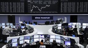 Operadores trabajando en la Bolsa de Fráncfort, alemania, 11 de enero de 2016. Las bolsas europeas ampliaban el miércoles el avance de la sesión previa tras unos datos del comercio chino mejores de lo esperado que aliviaron algo la preocupación sobre una desaceleración de la segunda economía mundial. REUTERS/Staff/Remote