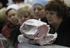 Женщины в очереди за мясом в селе Ульяновка Ставропольского края. 22 декабря 2015 года. Инфляция в России с 1 по 11 января 2016 года составила 0,3 процента по сравнению с 0,8 процента с начала января 2015 года и 3,9 процента за весь первый месяц прошлого года, сообщил Росстат. REUTERS/Eduard Korniyenko