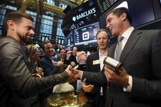 Las acciones estadounidenses abrieron en alza el miércoles, después de que los precios del crudo repuntaran tras un positivo dato de comercio de China que alivió las preocupaciones sobre el estado de la segunda economía más grande del mundo. En la imagen, Jack Dorsey, CEO ode Square y CEO ofde Twitter, saluda a Jim McKelvey, co-founder de Square, en la Bolsa de Nueva York, el 19 de noviembre de 2015.REUTERS/Lucas Jackson