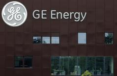 General Electric planea recortar 6.500 puestos de trabajo en Europa en los próximos dos años, 765 de ellos en Francia y 1.300 en Suiza, informó el miércoles la compañía. En la imagen, el logo de General Electric en su sede en Belfort, el 23 de junio de 2014.  REUTERS/Vincent Kessler
