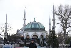 Полицейский на площади Султанахмет в Стамбуле 13 января 2016 года. Смертник, устроивший взрыв в историческом центре Стамбула, жертвами которого стали 10 немецких туристов, был зарегистрирован турецкими миграционными властями, но не числился в списке разыскиваемых лиц, сообщило министерство внутренних дел Турции в среду. REUTERS/Murad Sezer