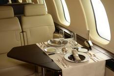 Bombardier a annoncé l'annulation de 24 commandes fermes d'avions d'affaires et la fin d'un partenariat commercial pour les ventes d'appareils au Moyen-Orient et en Afrique. L'avionneur canadien estime l'annulation à 1,75 milliard de dollars US (1,61 milliard d'euros) au prix affiché de 2015, disant attendre de meilleures marges en revendant ces appareils. /Photo d'archives/REUTERS/Euan Rocha