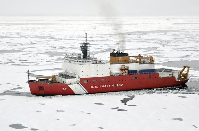 U.S. Coast Guard Polar Icebreaker/Research Vessel Healy, (WAGB 20) breaks ice in Arctic Ocean in this August 20, 2009 photo.   REUTERS/Patrick Kelley/U.S. Coast Guard/Handout