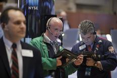 Трейдеры на торгах Нью-Йоркской фондовой бирже 7 января 2016 года. Американские фондовые рынки закрылись снижением в среду, столкнув индекс S&P 500 ниже 1.900 впервые с сентября в связи с ростом беспокойства инвесторов относительно слабых цен на энергоносители, корпоративных прибылей и состояния мировой экономики.  REUTERS/Brendan McDermid