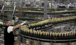 El gigante de la cerveza AB InBev colocó el miércoles una emisión de bonos en siete tramos por 46.000 millones de dólares, la segunda más grande de la historia, tras sumar 110.000 millones de dólares en órdenes de inversores para financiar la compra de su rival SABMiller. En la imagen, un trabajador comprueba el proceso de envasado de la cerveza lzensky Prazdroj en Plzen, REpública Checa, el  12 de noviembre de  2015. REUTERS/David W Cerny