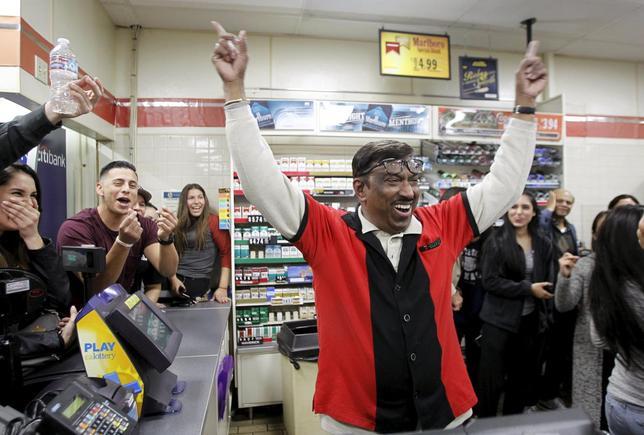 1月13日、1等賞金額が史上最高の15億ドル超となっていた米宝くじ「パワーボール」は、少なくとも3州で当せん者が出た。写真は1等くじを販売したことが分かり喜ぶコンビニ店員。カリフォルニア州チノヒルズで撮影(2016年 ロイター/ALEX GALLARDO)
