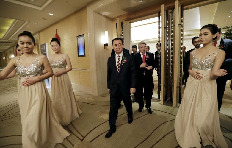 Wang Jianlin (L), chairman of Dalian Wanda Group, and Atletico Madrid's President Enrique Cerezo arrive for a signing ceremony in Beijing, in this January 21, 2015 file photo.   REUTERS/Jason Lee/Files
