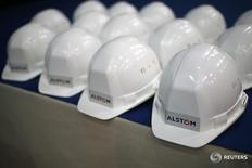 Alstom indique jeudi que la négociation de contrats se poursuit normalement dans les pays émergents dont les budgets publics subissent l'impact de la chute des prix du pétrole. Le groupe, recentré sur les équipements ferroviaires après la vente de ses activités d'énergie à General Electric fin 2015, a enregistré une croissance organique de 3% sur neuf mois et un chiffre d'affaires de 4,916 milliards d'euros. /Photo d'archives/REUTERS/Stéphane Mahé