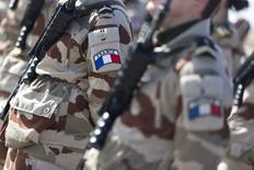 """Французские солдаты на военной базе, где размещена авиация Франции, в Иордании. 1 января 2016 года. Представители коалиции по борьбе с """"Исламским государством"""" во главе с США соберутся в Париже на следующей неделе, чтобы активизировать совместные усилия в противостоянии группировке, сказал министр обороны Франции в четверг, отметив, что боевики отступают в Ирак. REUTERS/Kenzo Tribouillard/Pool"""