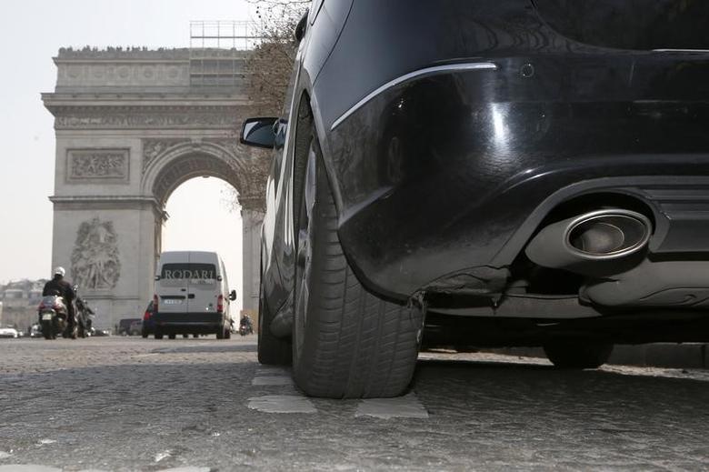 A car drives near the Arc de Triomphe in Paris, March 14, 2014.  REUTERS/Charles Platiau