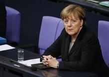 La canciller alemana Angela Merkel durante una sesión en el Bundestag, en Berlín, Alemania, el 13 de enero de 2016. La economía alemana creció un 1,7 por ciento en 2015, registrando una leve mejora con respecto al año anterior y el mayor aumento en cuatro años, según mostró el jueves una estimación preliminar de la Oficina Federal de Estadísticas. REUTERS/Fabrizio Bensch