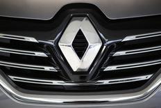 El fabricante de automóviles francés Renault dijo el jueves que tres de sus instalaciones fueron inspeccionadas en el marco de una investigación sobre emisiones, una noticia que ha borrado miles de millones en su capitalización bursátil en un eco del escándalo de su rival alemán Volkswagen.  Imagen del logo de Renault en un modelo Espace en Les Sorinieres cerca de Nantes, Francia, el 24 de noviembre de 2015. REUTERS/Stephane Mahe