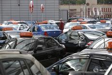 Автомобили различный производителей на парковке дилерского центра на окраине Москвы 18 августа 2014 года. Автопроизводители считают, что авторынок РФ может сократиться на 4,7 процента до 1,53 миллиона штук в 2016 году, сообщила Ассоциация европейского бизнеса (АЕБ) в четверг. REUTERS/Maxim Zmeyev