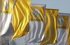Флаги с логотипом Renault у дилерского центра в Страсбурге. 14 января 2016 года. Французский автопроизводитель Renault сообщил, что правоохранительные органы проинспектировали три предприятия компании для проверки технологий выбросов вредных веществ в ее автомобилях. REUTERS/Vincent Kessler