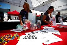 Reclutadores en un puesto en una feria de empleos para veteranos militares, en Carson, California. 3 de octubre de 2014. El número de estadounidenses que presentó solicitudes de beneficios por desempleo subió inesperadamente la semana pasada, aunque se mantuvo por debajo de niveles asociados con un saludable mercado laboral. REUTERS/Lucy Nicholson