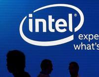 Foto de archivo de varias personas frente al logo de Intel en la exhibición Computex 2015 en Taiwán. Jun 3, 2015. Intel Corp reportó el jueves una utilidad trimestral que superó las estimaciones de analistas, pero sus acciones bajaron momentáneamente por temores a una desaceleración del crecimiento en su muy rentable negocio de centro de datos. REUTERS/Pichi Chuang