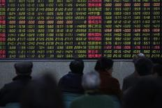 Investors look at an electronic board showing stock information at a brokerage house in Shanghai, China, January 14, 2016.  REUTERS/Aly Song