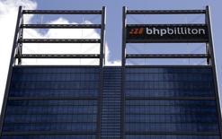 Le groupe minier BHP Billiton a annoncé vendredi qu'il déprécierait de 7,2 milliards de dollars (6,6 milliards d'euros) la valeur de ses actifs américains dans le schiste en raison de la conjoncture déprimée des marchés pétroliers et gazier. /Photo prise le 19 novembre 2015/REUTERS/David Gray