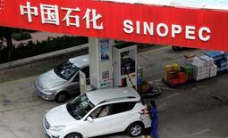 АЗС Sinopec в Циндао. 11 сентября 2014 года. Китайский государственный нефтепереработчик Sinopec Corp купил первую партию нефти в США, где в декабре был отменен действовавший 40 лет запрет на экспорт нефти, сообщил источник Рейтер. REUTERS/Stringer