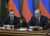 Президент России Владимир Путин и премьер-министр Дмитрий Медведев на заседании правительства в Москве. 24 декабря 2015 года. Падение нефтяных цен создает весьма серьезные риски для исполнения бюджета, который рассчитан на стоимость нефти почти вдвое выше текущих котировок, что потребует существенного сокращения расходов, сказал российский премьер Дмитрий Медведев на совещании, посвященном исполнению бюджета на 2016 год. REUTERS/Alexander Astafyev/Sputnik/Pool