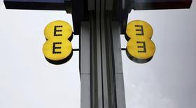 BT logró el viernes que su compra de 12.500 millones de libras (16.432 millones de euros) por el operador móvil EE recibiese aprobación del regulador de competencia británico, que dijo que la operación no reduciría mucho la competencia en los mercados de banda ancha, líneas fijas y móviles. En la imagen de archivo, el logo de EE reflejado en una ventana de una de sus tiendas en Londres. REUTERS/Suzanne Plunkett/files