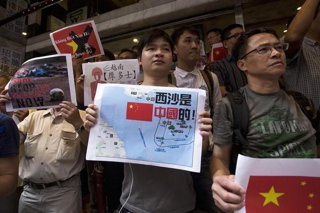 1月15日、中国は領有権争いが続く南シナ海で実効支配する島々について、インフラ建設のため民間からの投資を呼び込む考えを示した。写真は香港でベトナムに抗議する市民ら。2014年5月撮影(2016年 ロイター/TYRONE SIU)