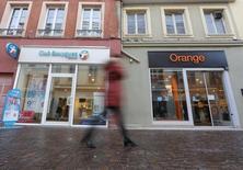 Orange, el mayor grupo de telecomunicaciones de Francia, ha comenzado contactos informales con sus rivales Numericable-SFR y Iliad sobre posibles ventas de activos en caso de que adquiera el negocio de telecos de Bouygues, dijeron fuentes con conocimiento de la situación.  En la imagen, una tienda de Orange y otra de Bouygues en Montbeliard, Francia, el 5 de enero de 2016. /REUTERS/Vincent Kessler