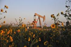 El Ibex-35 cerró el viernes con su mayor caída en lo que va de año y a niveles mínimos en más de dos años por segunda sesión consecutiva, desangrado por la profunda caída del precio del petróleo. En la imagen de archivo, una instalación de extracción de petróleo de esquisto cerca de Guthrie, en Oklahoma, EEUU, el 15 de septiembre de 2015. REUTERS/Nick Oxford