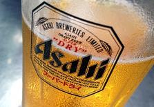 La japonesa Asahi Group Holdings y la española Damm han presentado ofertas por las marcas de cerveza de SABMiller Peroni y Grolsch junto a una serie de fondos de capital riesgo, dijeron tres fuentes con conocimiento directo del asunto el viernes. En la imagen de archivo, un vaso de cerveza Asahi en un bar de Singapur el 23 de octubre de 2015. REUTERS/Tim Wimborne