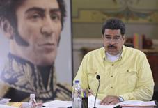 El presidente Nicolás Maduro decretó el viernes el estado de emergencia económica en Venezuela por 60 días, con lo que busca hacer frente a la elevada inflación y recesión que golpean al país petrolero. En esta imagen cedida,  Maduro habla junto a una imagen del héroe revolucionario sudamericano Simón Bolivar, en el Palacio de Miraflores en Caracas, el 14 de enero de 2016. REUTERS/Miraflores Palace/Handout via Reuters