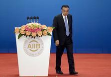 La economía china creció cerca de un 7 por ciento en 2015 y el sector de servicios representó la mitad del Producto Interior Bruto, dijo el sábado el primer ministro Li Keqiang. En la imagen, Li Keqiang deja el podio tras hablar en la inauguraciónn de la Reunión de Gobernadores del Banco Asiático de Inversión en Infraestructuras en Pekín, el 16 de enero de 2016. REUTERS/Mark Schiefelbein/Pool