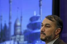 El viceministro de petróleo de Irán, Hossein Amir-Abdollahian, habla en una rueda de prensa en Moscú. 22 de septiembre de 2015. Irán está preparado para incrementar sus exportaciones de crudo en 500.000 barriles diarios (bpd), dijo el domingo el viceministro de Petróleo del país, horas después de que se levantaran las sanciones internacionales en contra de la república islámica. REUTERS/Maxim Zmeyev