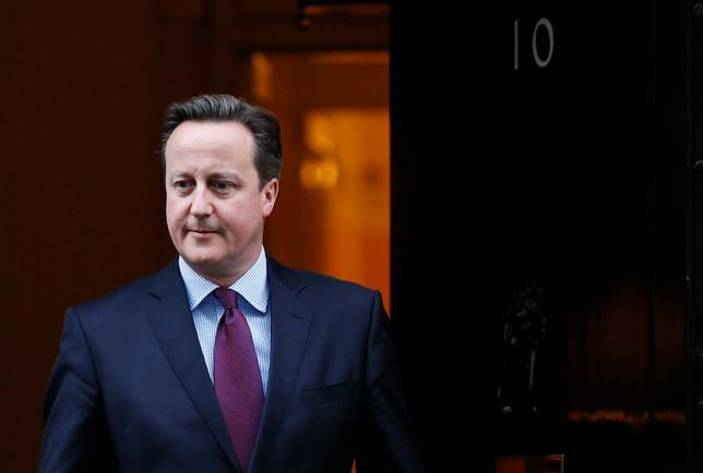 Prime Minister David Cameron waits to greet Queen Rania of Jordan at Number 10 Downing Street in London, Britain January 8, 2016.  REUTERS/Stefan Wermuth