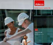 Adecco, le numéro un mondial de l'intérim, a réduit son objectif de marge opérationnelle pour 2016-2020 dans le cadre de ses nouveaux objectifs financiers à moyen terme dévoilés lundi. Le groupe suisse dit viser une marge d'Ebita (résultats avant intérêts, impôts et amortissement) de 4,5-5,0% hors éléments exceptionnels. /Photo d'archives/REUTERS/Denis Balibouse