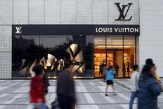 Las bolsas europeas rebotaban el lunes después de alcanzar su nivel más bajo en más de un año, ayudadas en parte por las ganancias de firmas de telecomunicaciones como las del fábricante de móviles Ericsson y el grupo de bienes de lujo Louis Vuitton LVMH. En la imagen de archivo, peatones frente a una tienda de Louis Vuitton en Chengdu, provincia china de Sichuan. REUTERS/Benoit Tessier/Files