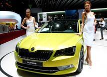 Модели позируют у автомобиля Skoda Superb на автошоу в Женеве 4 марта 2015 года. Российское подразделение Volkswagen отзывает 614 автомобилей Skoda Superb III, сообщило в понедельник агентство Росстандарт. REUTERS/Arnd Wiegmann