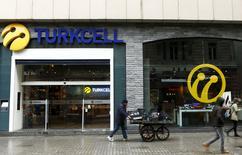 Салон Turkcell в Стамбуле. 18 января 2016 года. Turkcell изучает возможности регионального развития и после снятия санкций с Тегерана считает Иран одним из возможных фокусов зарубежной экспансии, сказал в интервью Рейтер глава крупнейшего мобильного оператора Турции в понедельник. REUTERS/Murad Sezer