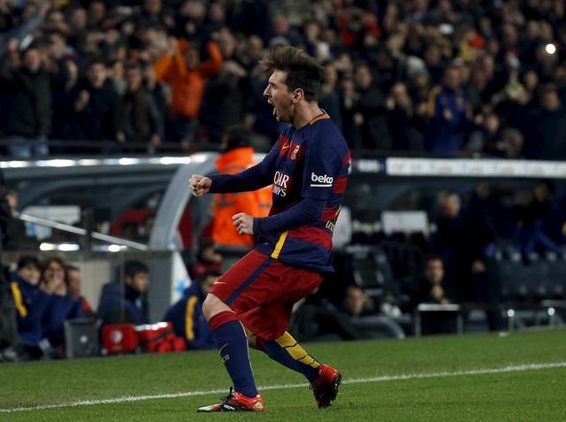ليونيل ميسي مهاجم برشلونة بعد احرازه هدفا في مباراة أمام اسبانيول في كأس ملك اسبانيا يوم 6 يناير كانون الثاني 2016.