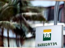 Logotipo da Petrobras é refletido em janela de prédio da petroleira em São Paulo. 23/04/2015. REUTERS/Paulo Whitaker