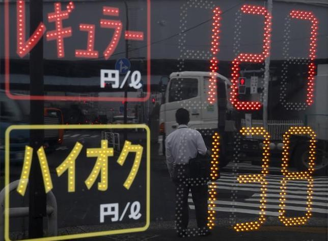 1月18日、OPECが月次報告を公表した。写真は都内のガソリンスタンドで昨年8月撮影(2016年 ロイター/Toru Hanai)