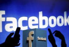 Facebook a lancé lundi une vaste campagne en Europe pour lutter contre les messages extrémistes diffusés sur son site, après l'inquiétude exprimée en Allemagne notamment face à l'augmentation des commentaires xénophobes liés à l'afflux de réfugiés. /Photo d'archives/REUTERS/Dado Ruvic
