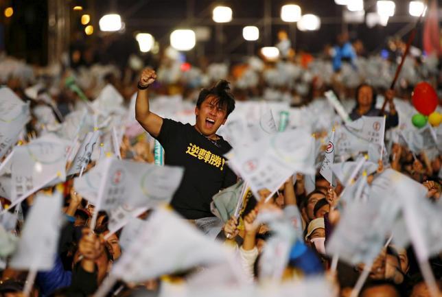 1月17日、中国にとって台湾問題は、敏感さと重要度の点で他のいかなる領土問題にも勝るものだ。写真は台湾総統選で、民進党の蔡英文主席が当選との暫定結果に喜ぶ支持者。台北で16日撮影(2016年 ロイター/Damir Sagolj)