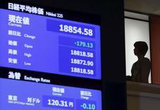 Una mujer cerca de un tablero electrónico que muestra el índice Nikkei, en la Bolsa de Tokio. 4 de enero de 2016. Las acciones japonesas subieron el martes por primera vez en cuatro días luego de que los inversores compraron acciones golpeadas recientemente, y después de que los datos de crecimiento de China en el cuarto trimestre cumplieron las expectativas del mercado. REUTERS/Yuya Shino